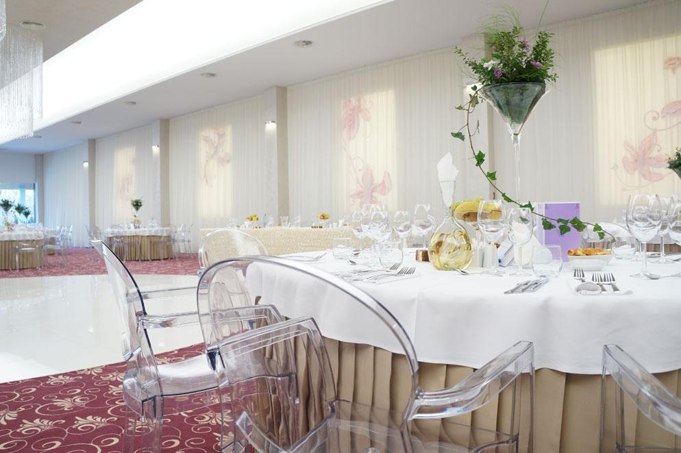 Sala-de-nunti-Marion---Floresti-Cluj---scaune-Igloo-cu-brate,-mese-pliante-Ocean-1