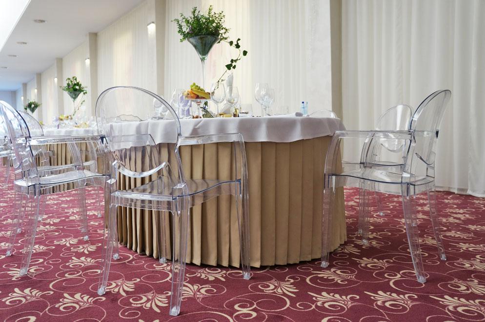 Sala-de-nunti-Marion---Floresti-Cluj---scaune-Igloo-cu-brate,-mese-pliante-Ocean-3