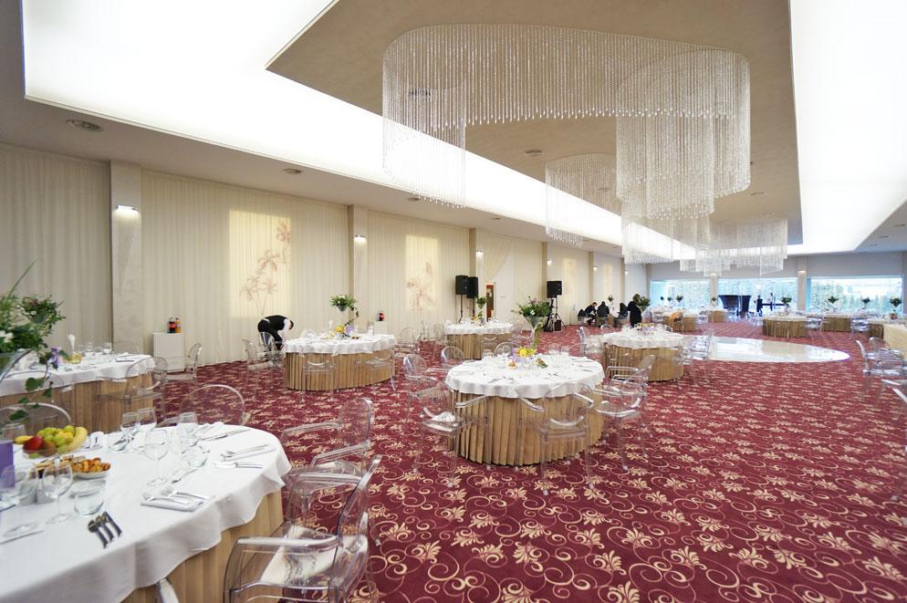 Sala-de-nunti-Marion---Floresti-Cluj---scaune-Igloo-cu-brate,-mese-pliante-Ocean-4